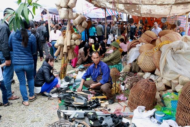 Utensils sold at Vieng market